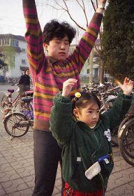 一九九九年四月初,几个炼功点的近千名法轮功学员在沈阳和平广场晨炼——炼功人群中的母女。