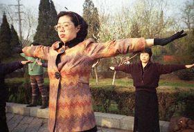 一九九九年四月初,几个炼功点的近千名法轮功学员在沈阳和平广场晨炼——炼功人群中的中年人。