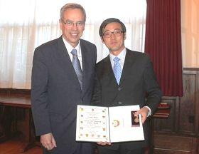 法轮功学员张培新在多伦多接受加拿大自然资源部长欧理华(Joe