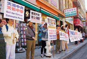 法轮功学员在中国城筑起真相长城