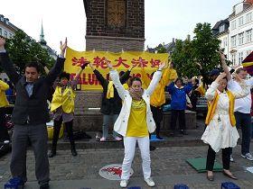 法轮功学员在议会大厦附近的高桥广场炼功呼吁反迫害