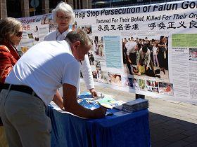 民众了解真相后排队签名支持