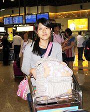 钟鼎邦的女儿钟爱,七月十一日晚间在桃园机场准备前往美国华盛顿特区