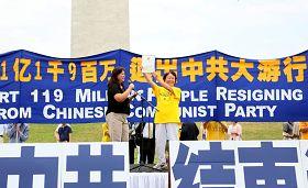 """华府退党服务中心义工陶丽莎(左)在美国首都华盛顿""""解体中共"""