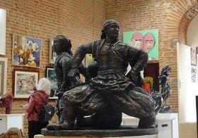 '陶土雕塑:威武矫健的蒙古族小伙子。尺寸:46x45x36(cm)'
