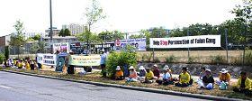 法轮功学员加拿大中使馆前抗议中共十三年迫害