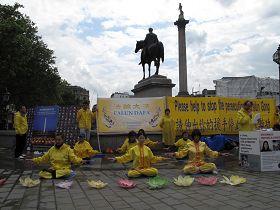 2012年7月20日英国法轮功学员在伦敦鸽子广场北角举行讲真相呼吁制止迫害活动