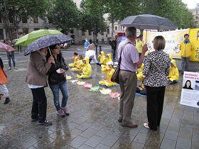 民众冒雨观看法轮功学员的功法演示