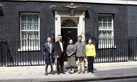 英国法轮功学员代表在唐宁街10号递交反迫害签名