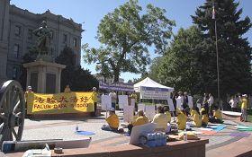 反迫害十三周年,丹佛法轮功学员在州政府阶梯广场前举行反迫害集会。