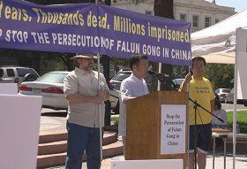丹佛市的法轮功学员在集会讲述了他于一九九九年,回中国探亲期间被骚扰、迫害的真相。