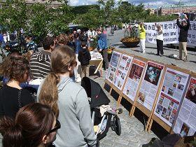瑞典法轮功学员在钱币广场(Mynttorget)举行讲真相活动,揭露迫害。