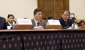 法轮功学员李海(中)在美国国会听证会上揭露中共迫害