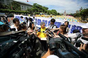 台湾法轮大法学会理事长张清溪教授向媒体说明今天记者会的诉求。