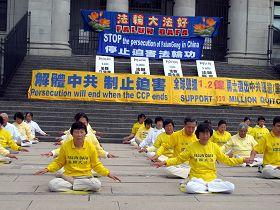 二零一二年七月二十一日,温哥华法轮功学员在市中心艺术馆前集体炼功,呼吁停止迫害,左一为陈女士。