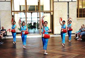费城明慧学校舞蹈队的法轮大法小弟子表演腰鼓舞《法轮大法好》