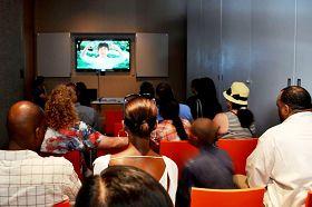 民众观看获奖电影《自由中国:信仰的勇气》的片段
