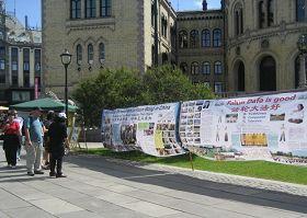 法轮功学员在挪威首都奥斯陆的国会前举办讲真相活动