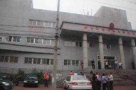 法庭外遍布的警察、便衣和警车