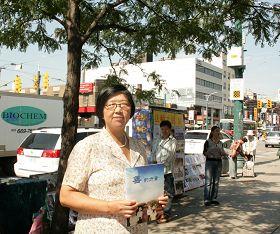 法轮功学员吴燕霞在唐人街真相点发资料,讲真相。