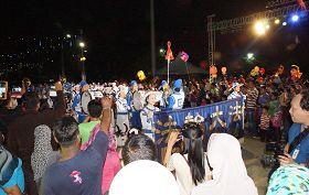 '天国乐团被安排压轴演奏马来著名民谣《RasaSayang》,获得民众欢迎,大家纷纷前来围观和竞相拍照与摄影留念。'