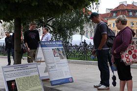 '市民观看法轮功真相展板'