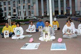 法轮功学员们在下新城中心公园举行烛光夜悼