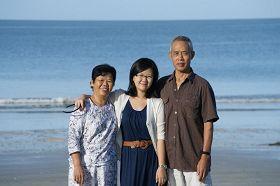 吴瑞荣与妻女摄于马来西亚。