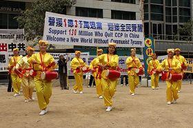 """'在墨尔本市中心城市广场举行声援一亿三千万中国人""""三退""""集会,腰鼓队表演助阵'"""