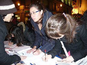 西班牙法轮功学员在太阳门广场举行反迫害征签