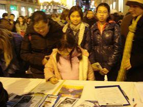 一群中国女孩签名声援法轮功