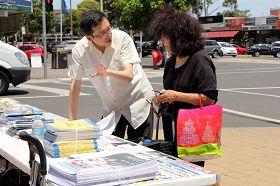 网络杂志《独立澳洲》的编辑苔丝•劳伦斯向法轮功学员了解真相。