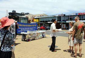 法轮功学员在墨尔本格兰韦弗利区购物中心的主要干道旁,呼吁民众关注并制止中共暴行。