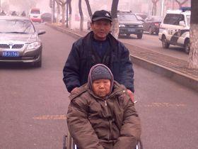 王广伟大哥推着老母亲去见王广伟