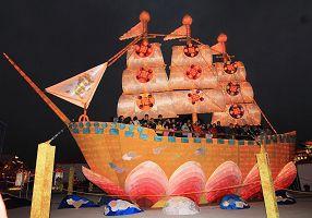 """'庄严、壮观的""""法船""""花灯在点灯前后的不同面貌,同样受到民众喜爱'"""