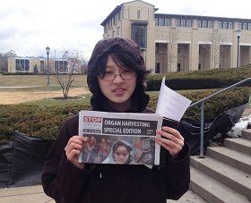 卡内基大学华裔学生为义工迎击风雪坚持传播真相所感动,陪伴在义工身边久久不愿离去