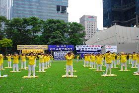 """纪念""""四•二五"""",新加坡法轮功传播真相。图为集体炼功。"""