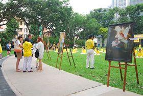 """纪念""""四•二五"""",新加坡法轮功传播真相。不少民众驻足了解真相。"""