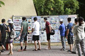 西子湾陆客在法轮功真相展版墙前,仔细阅读,明白真相。