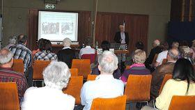 '在专题报告会上,德国佛学会负责人Huber先生正在演讲。'