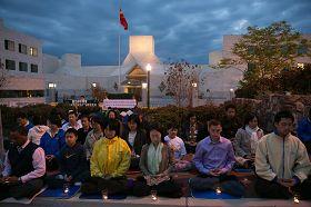 '参加集会的华府法轮功学员点燃了烛光,呼唤正义良知,早日结束迫害'
