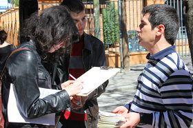 西班牙民众签字支持法轮功
