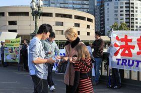 '人们了解真相后,主动在要求澳政府立法杜绝活摘器官惨案的征签表上签名'