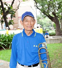 退休美术老师张清义是天国乐团年纪最大的团员,老当益壮,希望把大法美好带给更多人们,能有更多人抓紧机缘,一起走入返本归真之路。