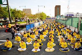 法轮功学员在纽约中领馆对面的广场上和平抗议中共迫害