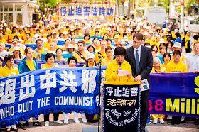 赵淑环女士在集会上,以亲身经历揭露马三家劳教所对法轮功学员的血腥迫害。