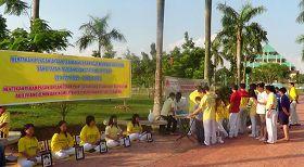 '图3:巴淡岛法轮功学员在市政厅广场征签,呼吁制止中共活摘器官'