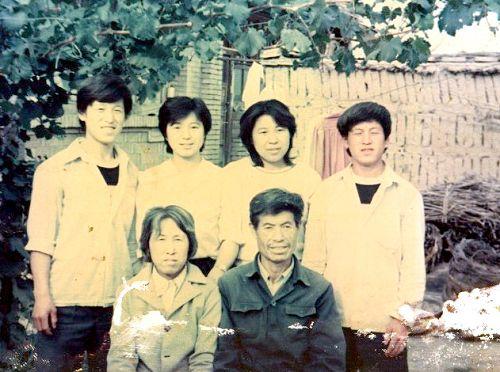 陈运川一家全家福,父亲陈运川、母亲王连荣和四个儿女陈淑兰、陈爱忠、陈爱立、陈洪平。