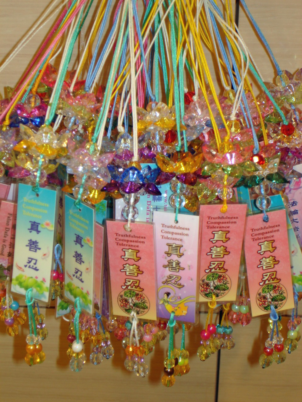 Making And Giving Out Lotus Flowers Falun Dafa Minghui Org