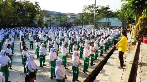 Giáo viên và học sinh Trường Phổ thông Kartini học các bài công pháp của Pháp Luân Công